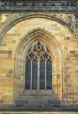 Dettagli della st Vitus Cathedral della finestra a Praga Immagine Stock