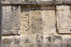 Dettagli delle sculture di bassorilievo sulla parete di una piattaforma alle rovine maya di Chichen Itza, Messico Immagini Stock Libere da Diritti