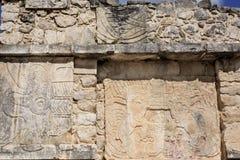 Dettagli delle sculture sulla parete di una piattaforma alle rovine maya di Chichen Itza, Messico Fotografia Stock