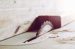 Dettagli delle seghe di mobilia con una sega circolare La circolare ha visto per il taglio del legno fotografia stock libera da diritti