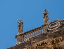 Dettagli delle statue sul tetto della chiesa della cattedrale nella vecchia città di Ragusa immagine stock libera da diritti
