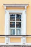Dettagli di architettura classica, parete gialla e finestra Immagini Stock Libere da Diritti