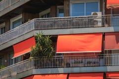 Dettagli di architettura di edificio residenziale tipico con i ciechi fotografia stock libera da diritti