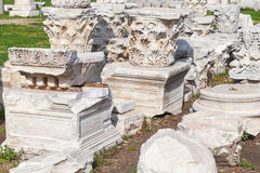 Dettagli di pietra bianchi rovinati delle colonne fotografie stock libere da diritti