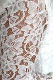Dettagli di un vestito da sposa bianco al giorno delle nozze Immagini Stock Libere da Diritti