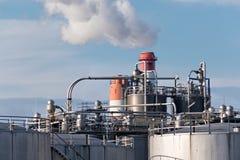 Dettagli di una raffineria di petrolio con i camini di fumo Immagini Stock Libere da Diritti