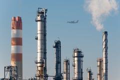 Dettagli di una raffineria di petrolio con i camini di fumo Immagine Stock Libera da Diritti