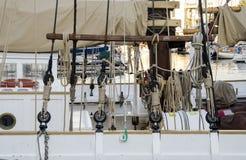 Dettagli e roaps della barca nel porto di Barcellona in mare il mar Mediterraneo in un giorno soleggiato L'yacht bianco è nel por Fotografie Stock Libere da Diritti