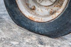 Dettagli il colpo di una gomma piana su una vecchia automobile Fotografia Stock