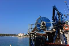 Dettagli industriali della barca con i meccanismi, corde, ascensori con il fondo del porticciolo della spiaggia Immagine Stock