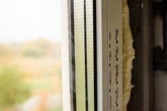 Dettagli la foto della finestra moderna fatta dei profili del PVC fotografie stock libere da diritti