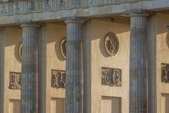 Dettagli la vista degli archi e del tor di Brandenburger delle colonne nella vigilia immagini stock