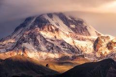 Dettagli la vista del paesaggio del Mt Kazbeg all'alba, la Georgia Fotografia Stock