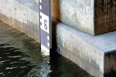 Dettagli la vista di un livello per la misura del livello dell'acqua al Alster a Amburgo Fotografia Stock