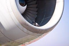 Dettagli la vista di un motore dell'æreo a reazione, con due colombe Fotografie Stock Libere da Diritti