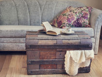 Dettagli, libro e tazza interni di natura morta di tè sul vecchio tronco Immagine Stock Libera da Diritti