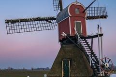 """Dettagli mulino a vento di un ploder delle olandesi """"con un cielo rosa come fondo fotografia stock libera da diritti"""