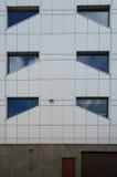 Dettagli non finiti della costruzione della facciata grigia fatti dei pannelli di alluminio con le porte e le finestre Fotografie Stock