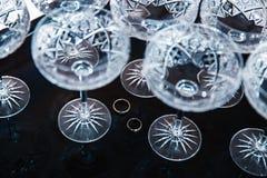 Dettagli nuziali - fedi nuziali mentre sposa che si prepara prima della cerimonia - vetri di vino di cristallo dell'annata fotografie stock