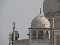 Dettagli Taj Mahal, sito storico famoso dell'Unesco, monumento di amore, la più grande tomba di marmo bianca del primo piano in I fotografia stock