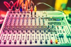 Dettagli variopinti del miscelatore di musica, bottoni su attrezzatura nello studio di audio registrazione o night-club fotografia stock libera da diritti