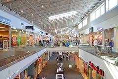Dettaglianti dentro del centro commerciale di Willowbrook fotografie stock libere da diritti