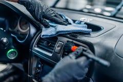 Dettagliare automatico dell'automobile interno su servizio dell'autolavaggio fotografia stock libera da diritti