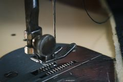 Dettaglio alto vicino di vecchia macchina per cucire con una profondità di campo bassa, cucito tradizionale e autentic immagine stock