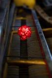 Dettaglio antico dei meccanici del pianoforte a coda con un fiore rosso del garofano Immagini Stock