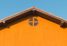 Dettaglio architettonico del tetto del metallo sulla costruzione commerciale Fotografie Stock Libere da Diritti