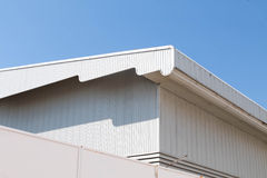 Dettaglio architettonico del tetto del metallo sulla costruzione commerciale Fotografia Stock Libera da Diritti