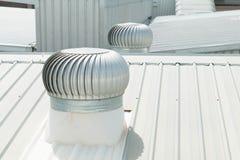 Dettaglio architettonico del tetto del metallo sulla costruzione commerciale Fotografia Stock