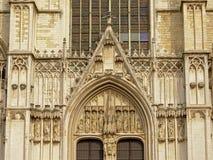 Dettaglio architettonico della cattedrale di Bruxelles con l'arco e statue dei san immagine stock libera da diritti