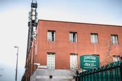 Dettaglio architettonico di vecchia distilleria di whiskey irlandese Jameson a Dublino fotografia stock