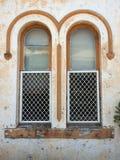 Dettaglio architettonico, Windows incurvato gemellato su vecchia costruzione fotografia stock