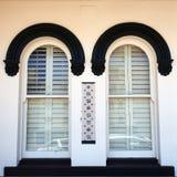 Dettaglio architettonico, Windows incurvato gemellato su vecchia costruzione fotografia stock libera da diritti