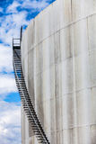 Dettaglio astratto di alta e cassa lunga della scala di una raffineria di petrolio Immagini Stock