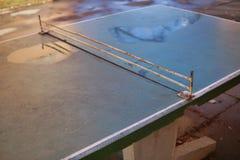 Dettaglio astratto di vecchia tavola di tennis della tavola da ping-pong disposta in mezzo al programma di costruzione di alloggi Fotografie Stock Libere da Diritti