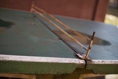 Dettaglio astratto di vecchia tavola di tennis della tavola da ping-pong disposta in mezzo al programma di costruzione di alloggi Immagini Stock