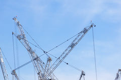 Dettaglio bianco alto della gru a torre contro cielo blu luminoso Fotografie Stock Libere da Diritti
