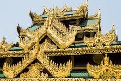 Dettaglio birmano del tetto del tempio a Rangoon Fotografia Stock