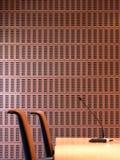Dettaglio ceramico interno della parete con le sedie ed il microfono. Fotografia Stock Libera da Diritti