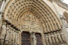 Dettaglio complesso nelle sculture di pietra sopra le porte, Notre Dame Cathedral, Parigi, Francia, 2016 Fotografia Stock