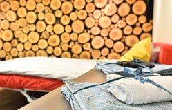 Dettaglio con un letto e gli asciugamani Ceppi di legno legati su una parete Fotografie Stock Libere da Diritti