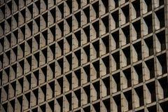 Dettaglio cubico delle finestre di un edificio per uffici concreto Fotografia Stock