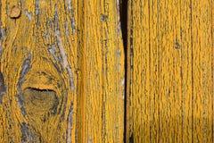 Dettaglio da vecchio giallo dipinto, porte di legno fotografia stock libera da diritti