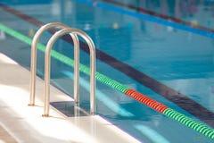 Dettaglio dalla piscina con i vicoli di nuotata fotografie stock libere da diritti