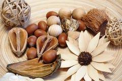 Dettaglio degli oggetti di legno decorativi su un piatto di legno Fotografia Stock Libera da Diritti