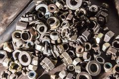 Dettaglio dei bulloni e dei dadi metallici differenti Immagini Stock Libere da Diritti