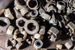 Dettaglio dei bulloni e dei dadi metallici differenti Fotografia Stock